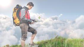 看在小山录影的男性徒步旅行者地图身分 影视素材