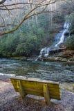 看在小河和水秋天的长凳 库存图片
