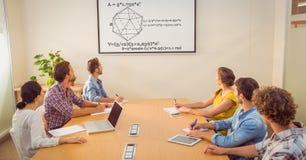 看在屏幕上的商人图在会议室 免版税库存照片