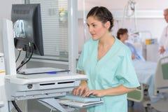 看在屏幕上的护士X-射线 免版税库存图片