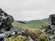 看在山上的石墙 免版税库存图片