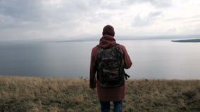 看在山和湖的后面观点的一个人 股票录像