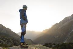看在山的远足者惊人的风景在日出期间 免版税库存照片