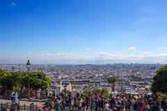 看在巴黎下的人人群从小山蒙马特,高峰的山顶的在城市,附近 库存图片