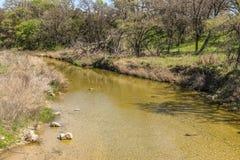 看在平安的岩石小河下 免版税库存图片