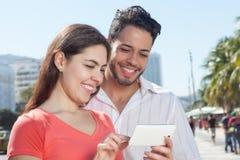 看在手机的现代爱夫妇照片 库存照片