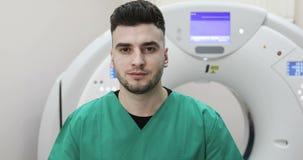 看在新的磁反应想象的背景的一位年轻医生照相机 股票视频