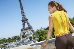 看在旁边在巴黎,法国的微笑的少妇 库存图片