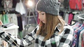 看在时兴的精品店的衣裳的时髦的女孩 4K 股票视频