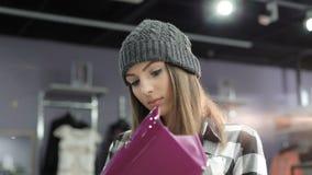 看在时兴的精品店的钱包的时髦的女孩 4K 股票视频