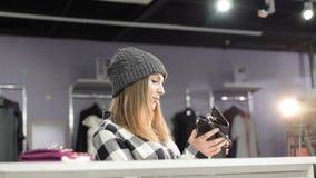 看在时兴的精品店的钱包的时髦的女孩 4K 影视素材