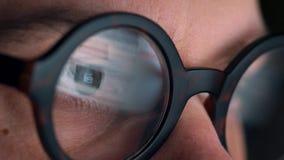 看在显示器和冲浪的互联网的玻璃的人 显示器屏幕在玻璃被反射 股票视频