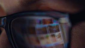 看在显示器和冲浪的互联网的玻璃的妇女 显示器屏幕在玻璃被反射 股票视频