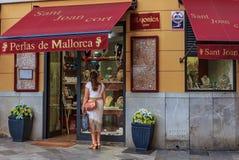 看在显示的妇女珍珠首饰在一家首饰店在帕尔马在马略卡在西班牙 图库摄影