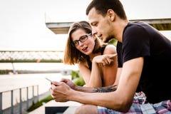 看在智能手机的夫妇消息 免版税库存图片