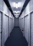 看在有金属存储单元门的走廊下在每边 免版税库存照片