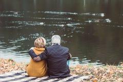 看在有鸭子的湖的成熟夫妇 免版税库存照片
