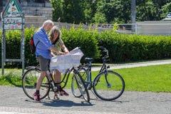 看在柏林街道上的自行车的活跃前辈地图  库存照片