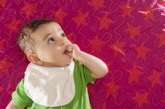 看的男婴  免版税库存图片
