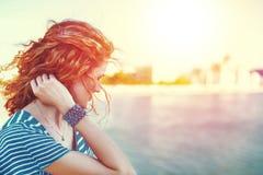看在河室外葡萄酒的哀伤的红头发人妇女 免版税图库摄影