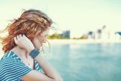 看在河的哀伤的红头发人妇女 免版税库存照片