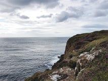 看在海洋上的岩石海岸线 库存图片
