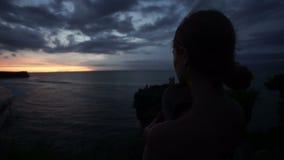 看在海滩的妇女日落 影视素材