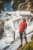 看在瀑布的妇女远足者 蓝色汽车城市概念都伯林映射小的旅游业 图库摄影