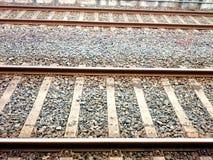 看在火车轨道下 库存照片
