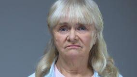 看在灰色背景,麻烦悲伤,损失的照相机的哀伤的退休的夫人 股票视频