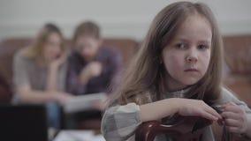 看在照相机和哭泣的椅子的画象小哀伤的不快乐的女孩 年轻女人被弄脏的图和 股票视频