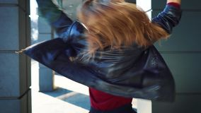 看在照相机和跳舞在城市街道上的可爱的白肤金发的女性舞蹈家 股票视频