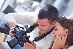 看在照相机的夫妇照片 免版税图库摄影