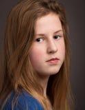 看在照相机的美丽的十几岁的女孩 免版税库存图片