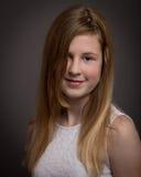 看在照相机的美丽的十几岁的女孩 免版税库存照片
