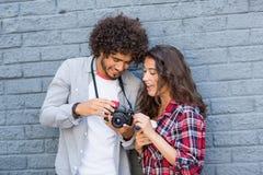看在照相机的年轻夫妇 免版税库存照片