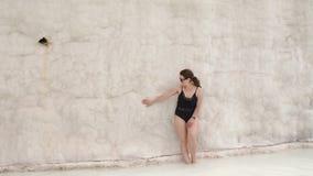 看在石灰华水池和大阳台的少女在棉花堡 股票视频