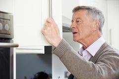 看在碗柜的健忘老人 库存图片