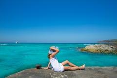看在福门特拉岛绿松石的女孩海滩地中海 库存图片