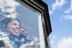 看在窗口外面的夫妇 免版税图库摄影