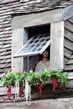看在窗口外面的时装模特 库存照片