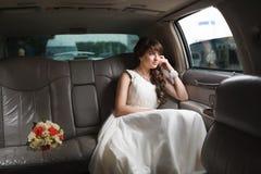 看在窗口的新娘 免版税库存图片