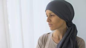 看在窗口,康复中心,致命疾病的头巾的翻倒妇女 股票视频