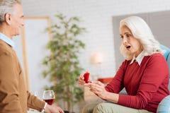 看在红色天鹅绒箱子的惊奇的资深夫人圆环 免版税图库摄影