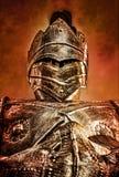 看在红色橙色天空下的装甲的骑士 库存照片