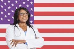 看在美国国旗的确信的混合的族种女性外科医生 免版税库存照片