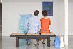 看在美术画廊的夫妇绘画 免版税库存照片