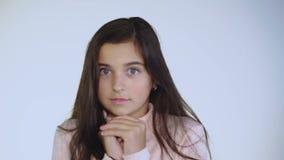 看在背景的害怕和震惊女孩画象  股票录像