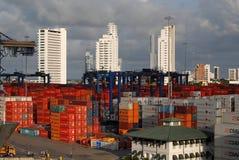 看在船被卸载的,卡车、容器和起重机 免版税图库摄影