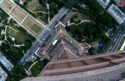 看在艾菲尔铁塔2下 库存照片